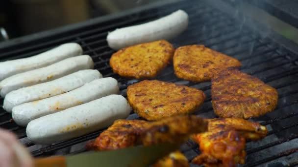 Szaftos pörkölt hús és kolbász a grillen