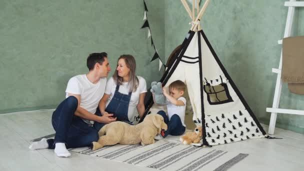 Těhotná žena se svou rodinou doma