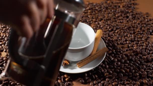 Nalití čerstvé černé kávy v bílém poháru