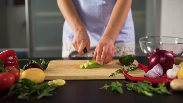Manželka krájení Avokádo v kuchyni