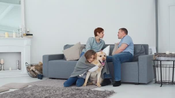 Dospívající dívka objímání pes poblíž rodiče doma