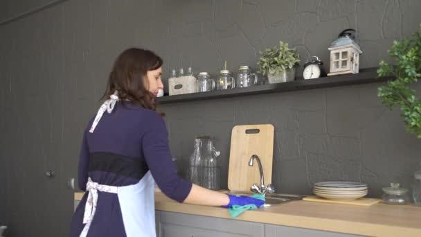 Žena v gumové rukavice čištění kuchyně Worktop