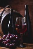 sklenice červeného vína a hroznů