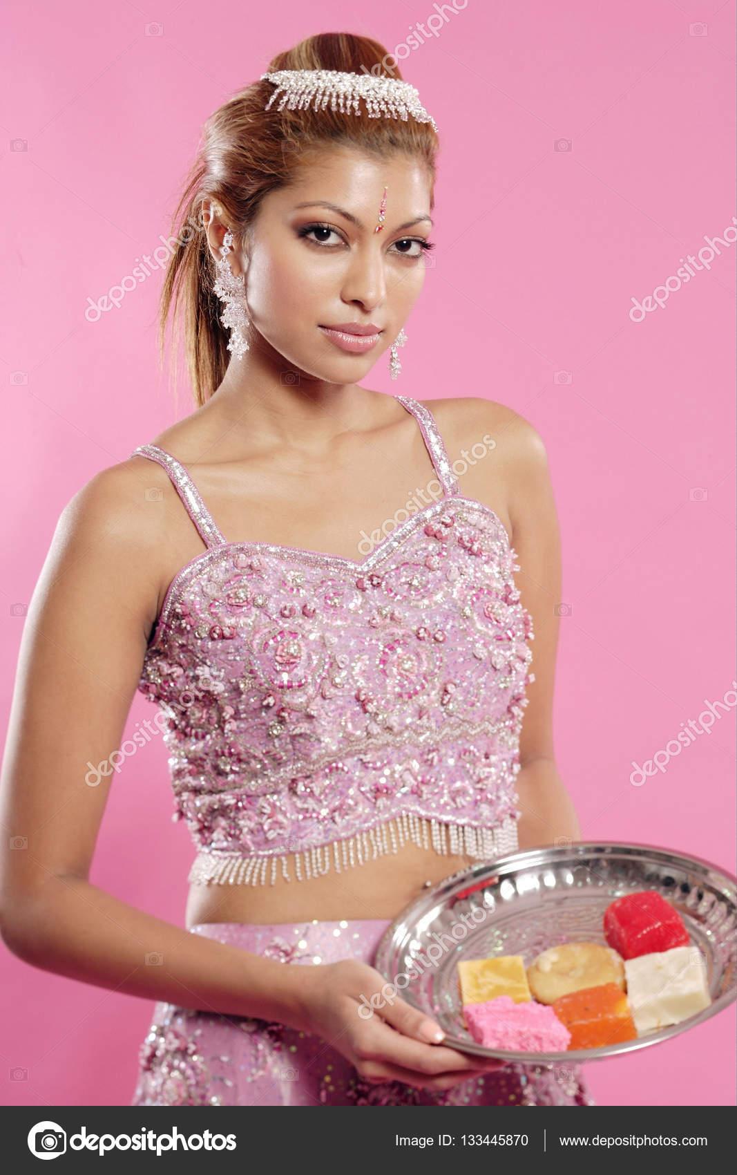 Mujer joven en traje indio — Fotos de Stock © MicrostockAsia #133445870