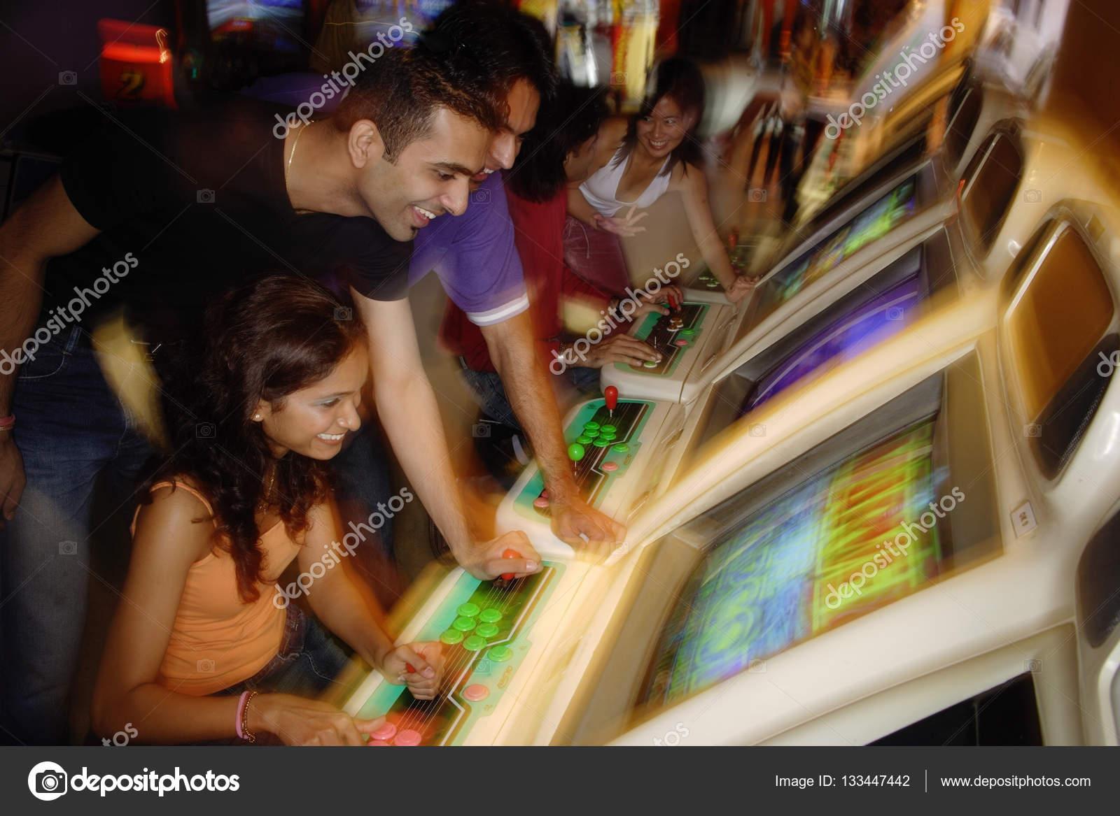 Adultos jóvenes en video arcade — Fotos de Stock © MicrostockAsia ...