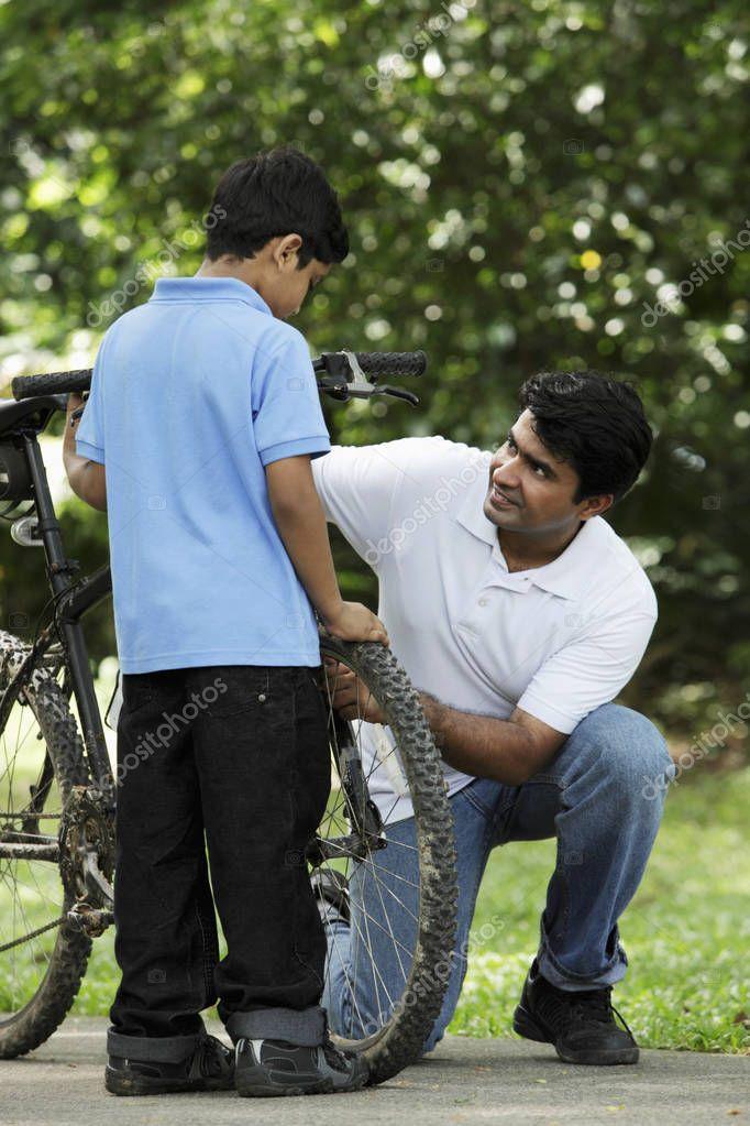 Фотообои Father teaching son to cycle