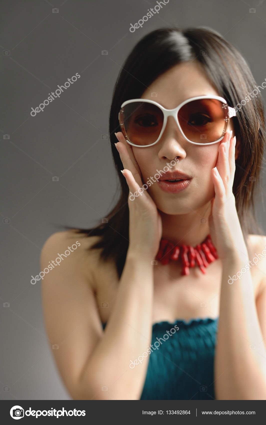 ad9995f570 Γυναίκα που φοράει μεγάλα γυαλιά ηλίου