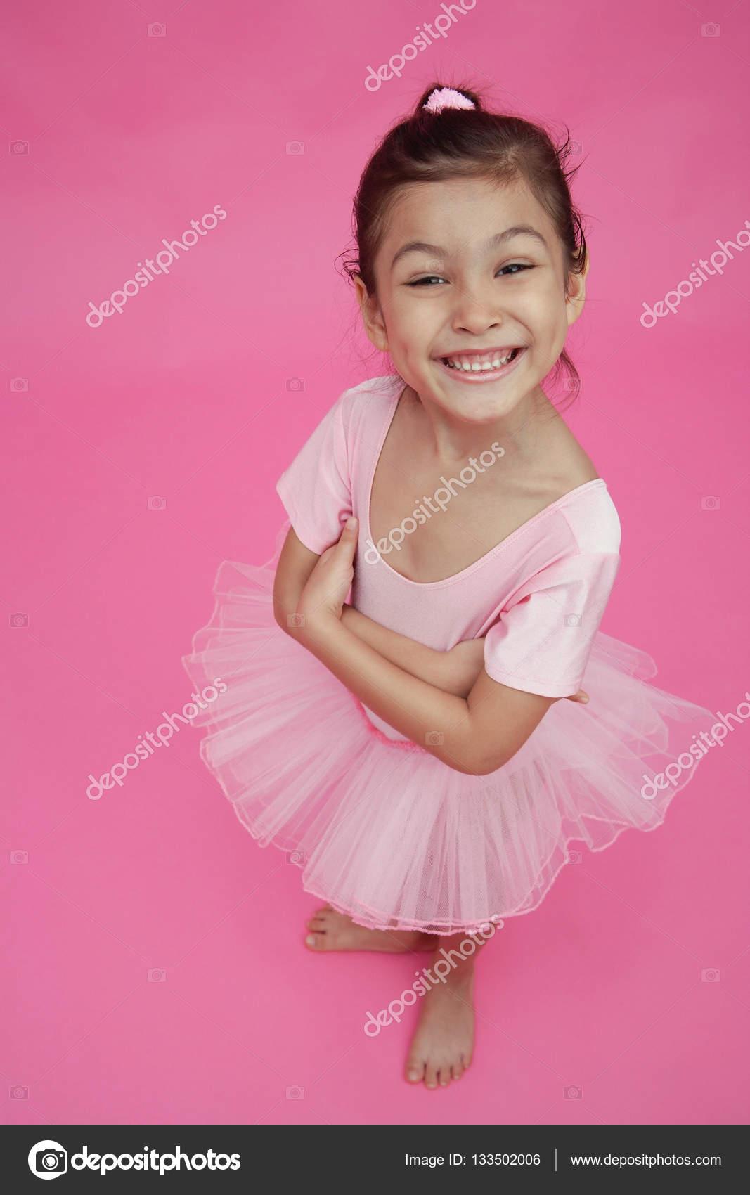 e8b07b20c68 Νεαρό κορίτσι με στολή μπαλέτου — Φωτογραφία Αρχείου ...