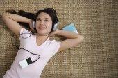Fényképek fiatal nő hallgat zenét