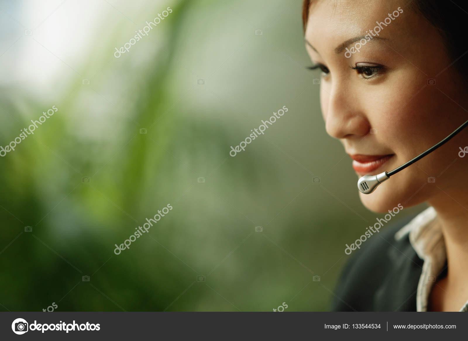 5d63cba0a40 Auricular desgastando do negócio mulher– imagens de bancos de imagens
