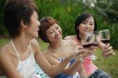 Mladé ženy s sklenky na víno