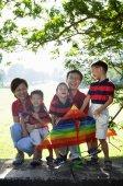 Rodina se třemi chlapci venku