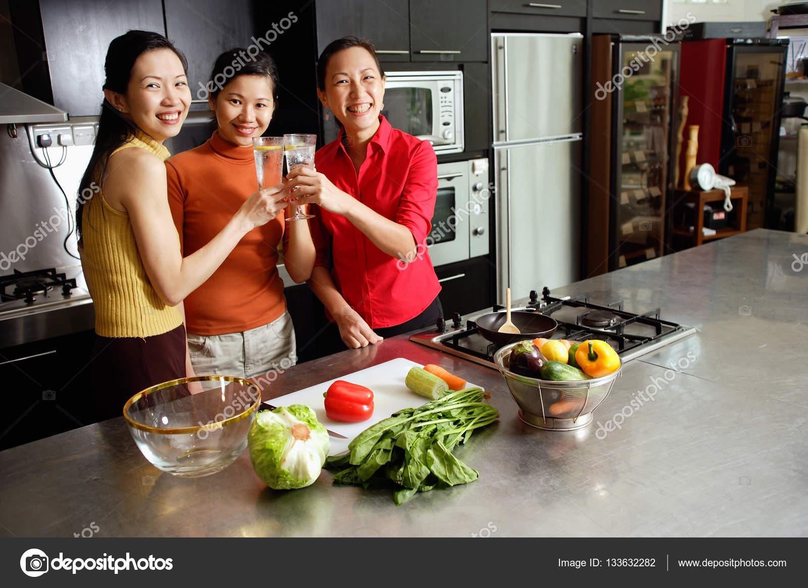 Frauen in die küche. 💣 Frau In Der Küche. 2020-01-05