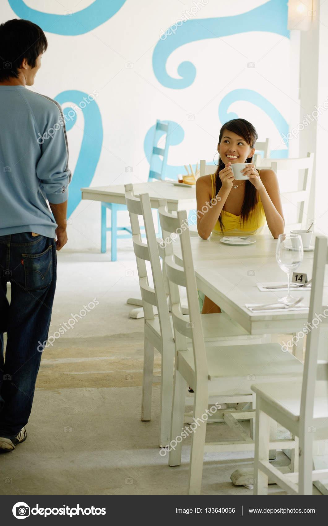 Femme assise à table de café — Photographie MicrostockAsia ...