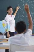učitel na tabuli chlapce vyvolává ruka