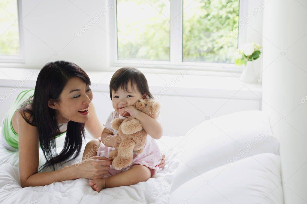 年轻的母亲3图片图库_母亲与女儿的粘接 — 图库照片©MicrostockAsia#133644692