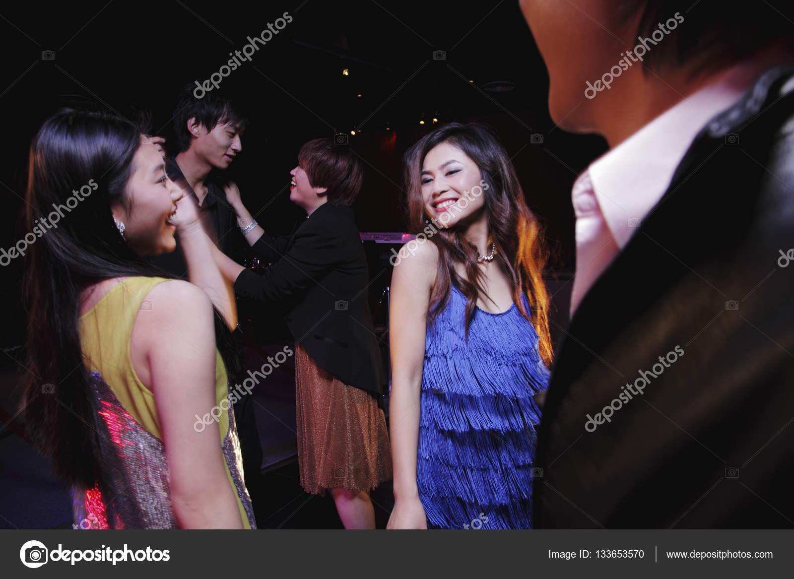 クラブで踊る若者 — ストック写...
