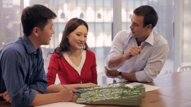 Podnikatelé a žena se o projektu