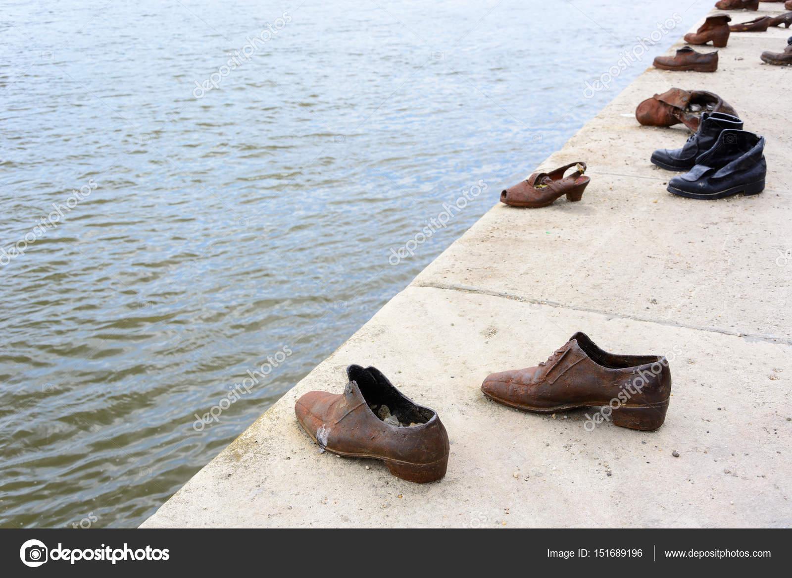 Bronze Schuhe Am Donauufer In Budapest Redaktionelles Stockfoto