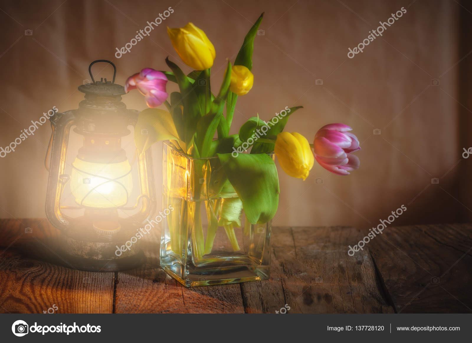 Lampada Fiore Tulipano : Bouquet di tulipani a lampada accesa su un tavolo in legno u2014 foto