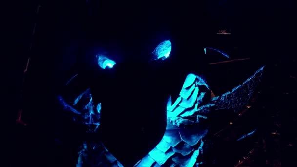 drak z kovu v temné místnosti