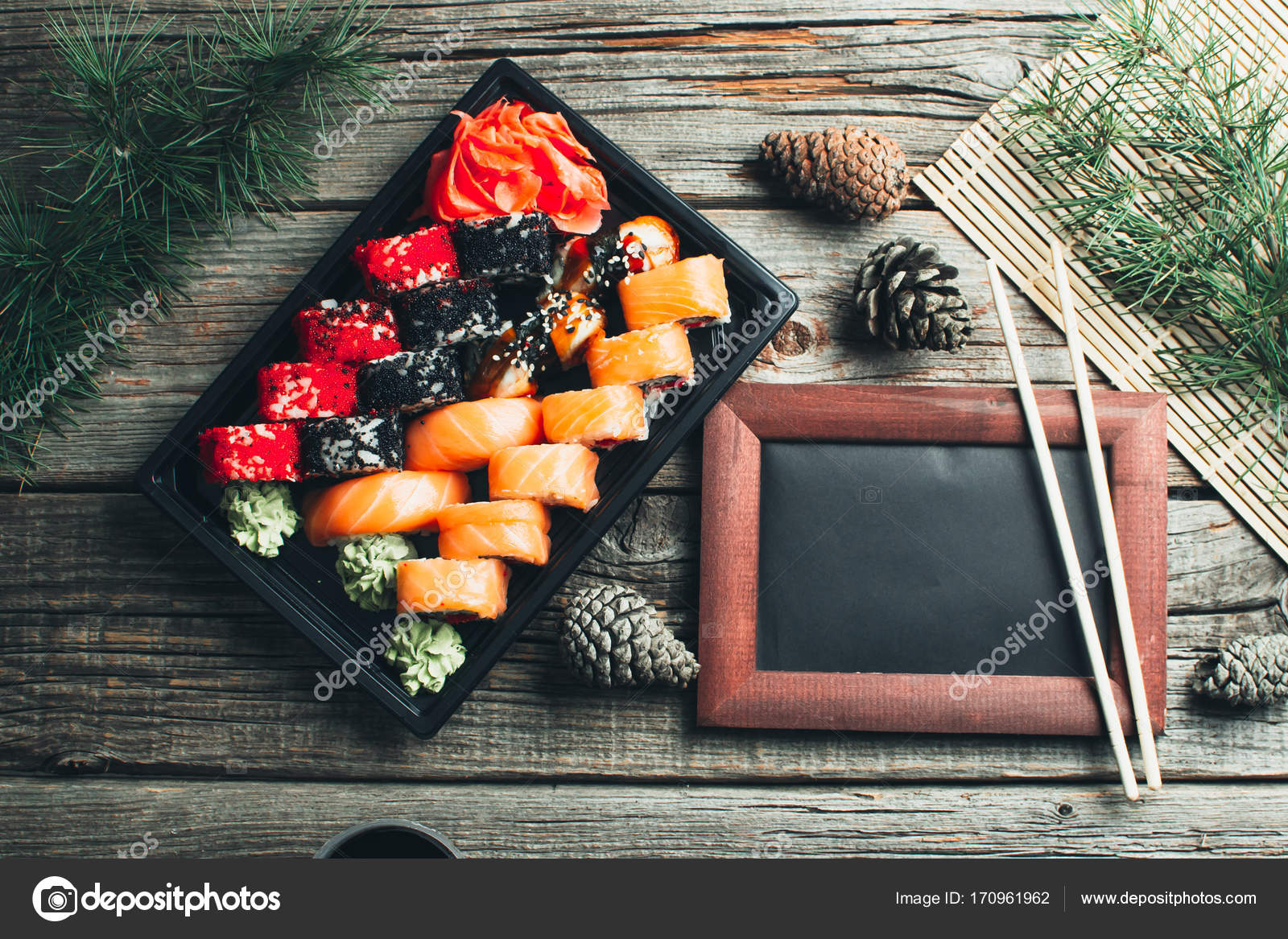 auf dem Tisch liegen im schwarzen Container, Sushi Set mit ...