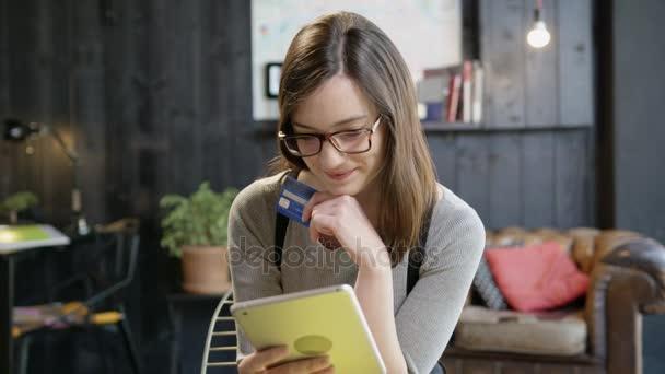 Fiatal nő Holding Her hitelkártya arról hogy, hogy egy Online vásárlás beszerzési a ipad digitális Ecommerce így A határozat az Online fizetési koncepció lassított lövés a Red Epic 8k