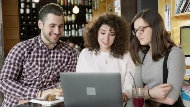 Skupina mladých úspěšných módních lidí zasedání k projednání obchodní projekt v Cafe usmívá a Brainstorming zasedání zpomalené střílel na Red Epic 8k