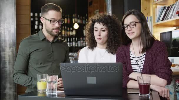 Generální manažerka vysvětlovat spolupracovníky Online projekt v Coffee Bar Remote Management Business spuštění společnosti ženské vedení konceptu Slow Motion výstřel na Red Epic 8k