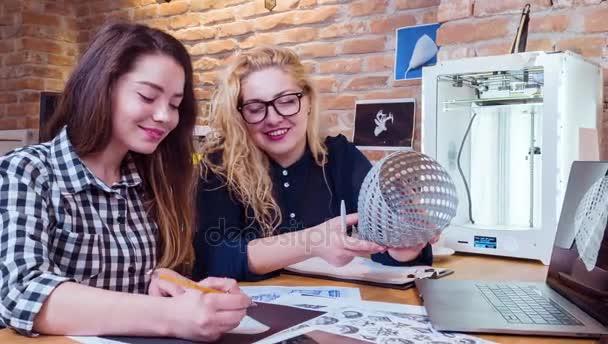 Mladí kreativní pracovní tým pracující na Innivative technologii projektu 3d tisk budoucí obchodní koncept