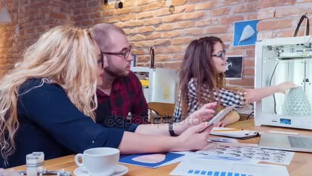 Designéři diskutovat ukazuje 3d Model inovativní technologie tvůrci debaty spolupráci a vedení koncept 3d tisk