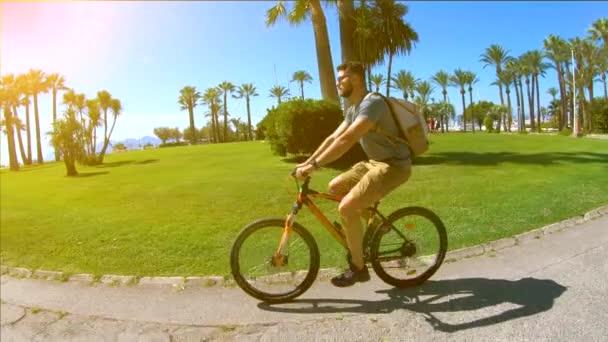 Turista a tengerparton a Palm Trees Francia Riviéra Nyaralás Turizmus Nyaralás Tengerpart Kerékpáros