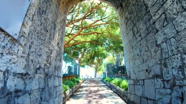 Průchod kamennou branou směrem k zahradě Posmrtný strom života Koncept Vstup do Koncepce Brány do nebe