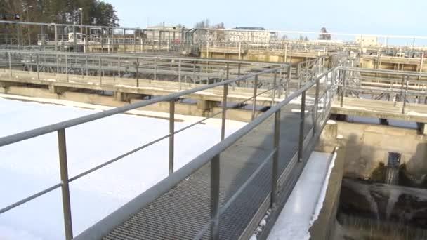 Wasseraufbereitungsanlage verfügt über Becken und große Rohre. Panorama