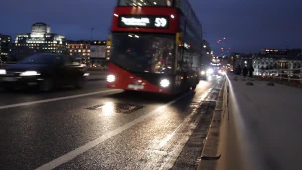 červený autobus London na waterloo bridge dvoupatrový s černým Londýn taxi cab noční doprava