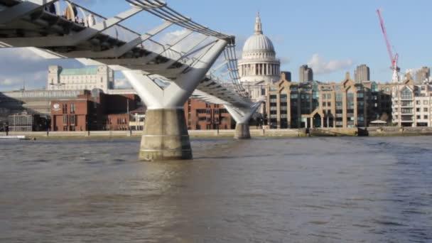 Millennium Bridge, St Paul s Cathedral, London, Anglia, uk-valós idő-március 15, 2018 Stock Footage videoklip