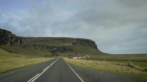 Pohled z auta, které se pohybuje po silnici směrem k hoře