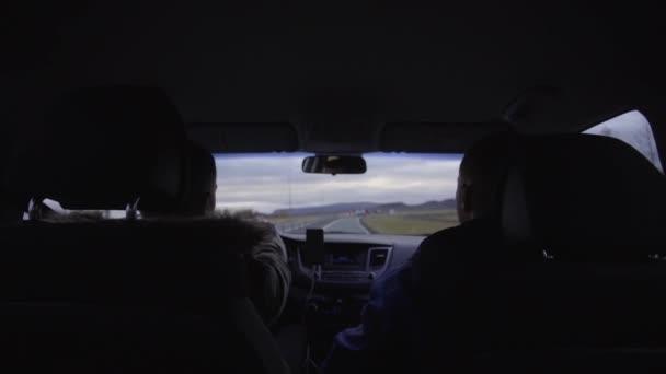 Zwei Jungs sitzen auf den Vordersitzen des Autos
