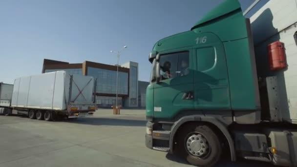 MINSK, BELARUS - 10. SEPTEMBER 2018: Ein Lastwagenkonvoi mit Anhängern verlässt den Parkplatz. Schönes, klares, sonniges Wetter