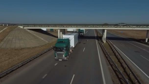 MINSK, BELARUS- SZEPTEMBER 10, 2018: Egy teherautó konvoj halad át a híd alatt