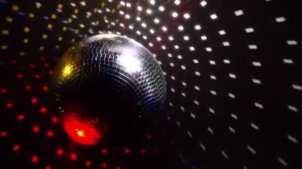 Zrcadlová koule otočit a odrážet světla projektorů prorážet kouř v nočním klubu