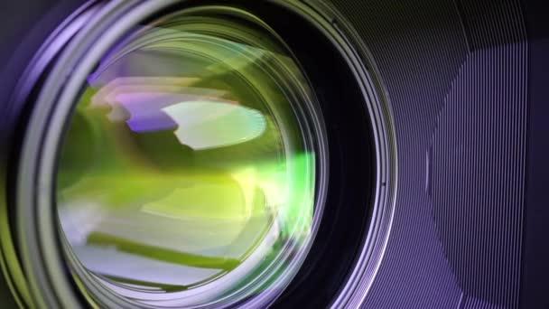 Blick auf die Glaselemente in einer Kameralinse. Ziel bei gelbem Licht. Kippschaltung.