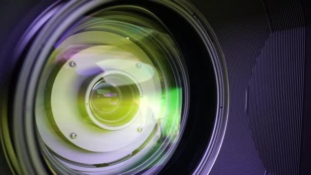 Kilátás az üveg elemek egy kamera lencséje. Cél a sárga fényben. Tilt-shift használata.