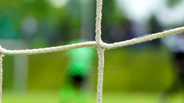 Fußballspiel durch Netz gesehen, verschwommene Sicht