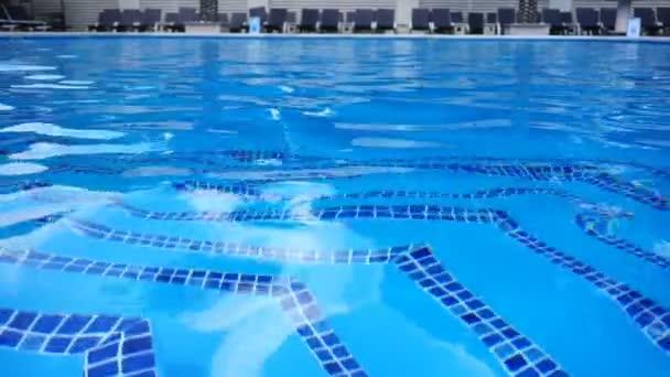 Čistá voda ve venkovním bazénu v klubu