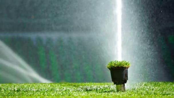 Fotbal nebo fotbal pole zavlažovací systém automatického zavlažování trávy.