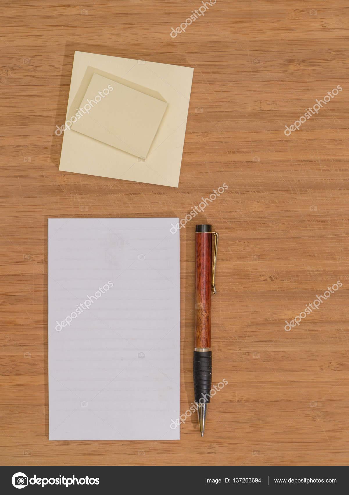 Bureau bambou, stylo, bloc-Note, pense-bête — Photographie DMHENRY on