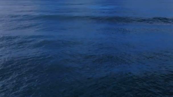 Šplouchající mořské vlny na hluboké modré hladině oceánu, přirozený pohyb tekutin 4k
