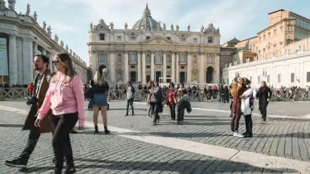 Róma, Olaszország - december 14 2019: Róma, vatikáni, az emberek élvezik a napsütést a Szent Péter bazilika téren fotózás és szelfik, timelapse 4k