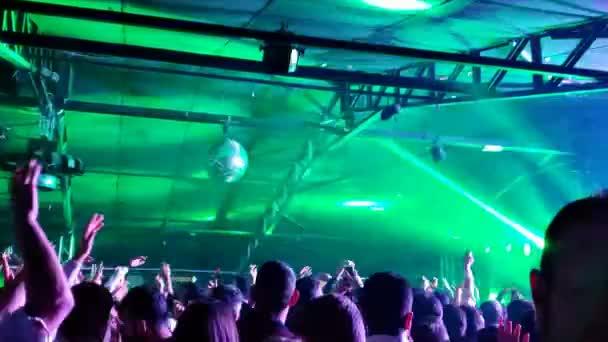 Mladí nadšení lidé silueta třesoucí ramena na diskotéce sadu dj, selfie fotky 4k